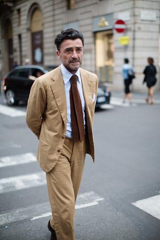 Comment porter: costume marron clair, chemise de ville bleu clair, cravate en tricot marron, pochette de costume blanche