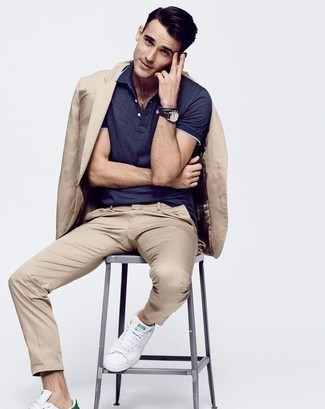 Comment porter des baskets basses en cuir blanches: Choisis un costume marron clair et un polo bleu marine pour prendre un verre après le travail. Si tu veux éviter un look trop formel, choisis une paire de des baskets basses en cuir blanches.