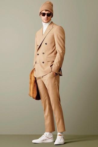 Comment porter: costume marron clair, pull à col roulé blanc, baskets basses blanches, bonnet marron clair