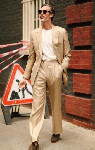 Tendances mode hommes: Harmonise un costume marron clair avec un t-shirt à col rond blanc pour un look idéal au travail. Une paire de des slippers en daim marron ajoutera de l'élégance à un look simple.