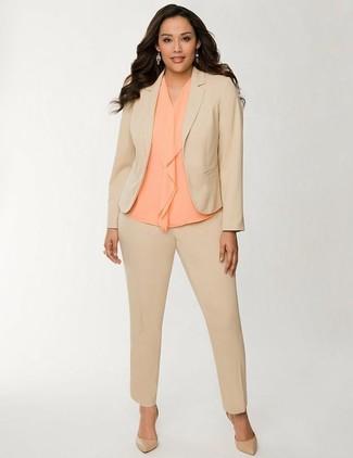 Comment porter: costume marron clair, top sans manches en soie orange, escarpins en cuir marron clair