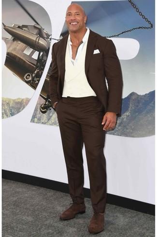 Comment porter: costume marron foncé, chemise à manches longues blanche, chaussures richelieu en daim marron foncé, pochette de costume blanche