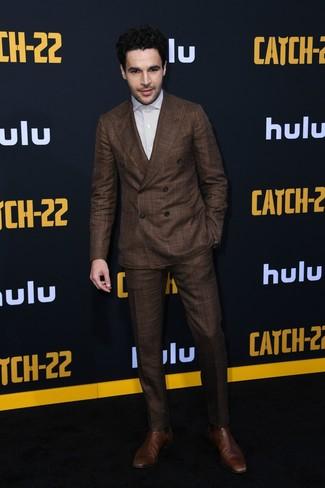 Comment porter: costume marron foncé, chemise de ville à rayures verticales blanche, bottines chelsea en cuir marron