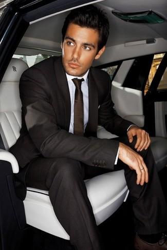 Comment porter: costume marron foncé, chemise de ville blanche, chaussures richelieu en cuir marron foncé, cravate marron foncé