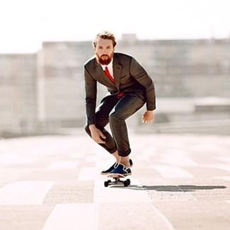 Comment porter: costume marron foncé, chemise de ville blanche, espadrilles en toile bleu marine, cravate rouge