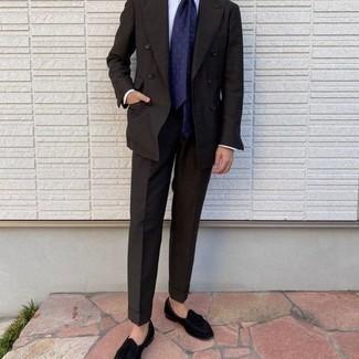 Tendances mode hommes: Marie un costume marron foncé avec une chemise de ville blanche pour un look pointu et élégant. Tu veux y aller doucement avec les chaussures? Termine ce look avec une paire de mocassins à pampilles en velours noirs pour la journée.