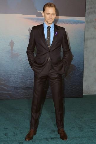 Comment porter: costume marron foncé, chemise de ville bleue, chaussures richelieu en cuir marron foncé, cravate à fleurs noire