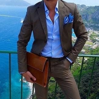 Comment porter: costume marron foncé, chemise de ville bleue, pochette en cuir tabac, pochette de costume bleue