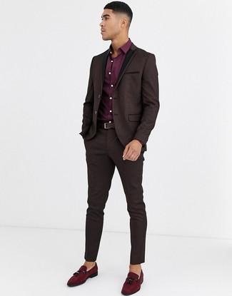 Comment porter: costume en brocart marron foncé, chemise de ville bordeaux, mocassins à pampilles en daim bordeaux, ceinture en cuir marron foncé