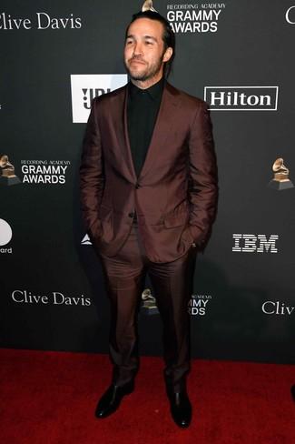 Comment porter: costume marron foncé, chemise de ville noire, bottines chelsea en cuir noires