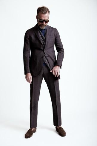 Comment porter: costume écossais marron foncé, polo bleu marine, slippers en daim marron foncé, écharpe á pois bordeaux