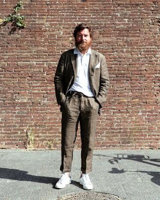 Comment porter un costume marron: Choisis un costume marron et un polo blanc pour aller au bureau. Jouez la carte décontractée pour les chaussures et choisis une paire de des baskets basses blanches.