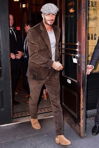 Tenue de David Beckham: Costume en velours côtelé marron, T-shirt à col rond gris, Bottines chelsea en daim marron clair, Casquette plate grise