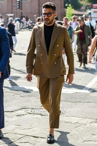 Tendances mode hommes: Pense à associer un costume marron avec un t-shirt à col rond noir pour achever un look habillé mais pas trop. Choisis une paire de mocassins à pampilles en cuir noirs pour afficher ton expertise vestimentaire.