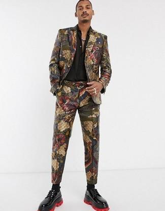 Comment porter: costume en brocart multicolore, chemise à manches longues en soie noire, chaussures derby en cuir noires, chaussettes noires