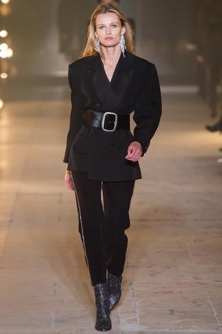Comment porter: costume noir, bottines en cuir argentées, ceinture serre-taille en cuir noire, boucles d'oreilles transparentes