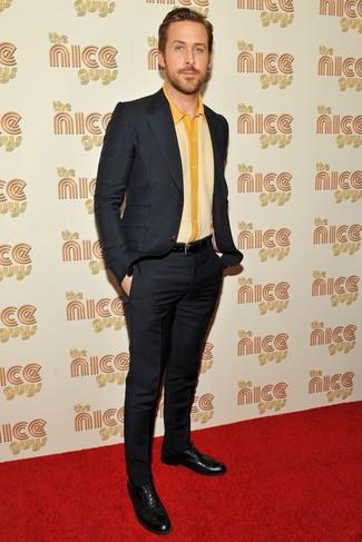 Tenue de Ryan Gosling: Costume noir, Chemise à manches courtes jaune, Chaussures brogues en cuir noires, Ceinture en cuir noire