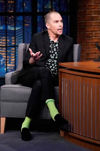 Comment porter: costume noir, chemise à manches courtes à fleurs noire, slippers en velours noirs, chaussettes vertes