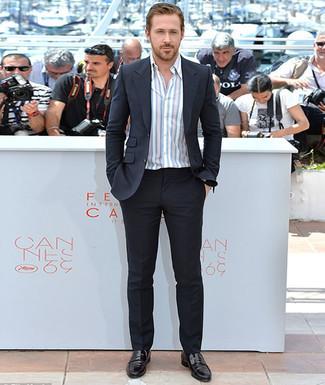 Tenue de Ryan Gosling: Costume noir, Chemise à manches longues à rayures verticales blanche, Slippers en cuir noirs