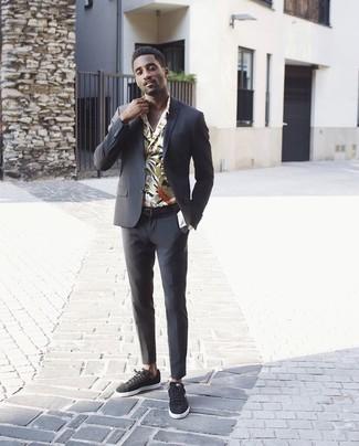 Comment porter: costume noir, chemise à manches longues à fleurs beige, baskets basses en toile noires, ceinture en cuir noire