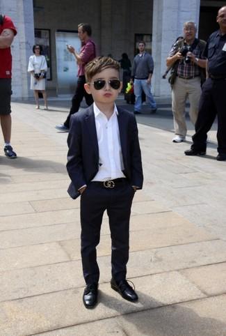 Comment porter: costume noir, chemise à manches longues blanche, chaussures richelieu noires