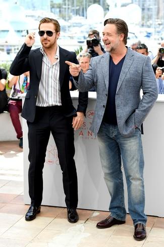 Tenue de Ryan Gosling: Costume noir, Chemise à manches longues à rayures verticales blanche, Slippers en cuir noirs, Lunettes de soleil noires