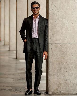 Comment porter un costume noir: Harmonise un costume noir avec une chemise à manches longues rose pour une silhouette classique et raffinée. Assortis ce look avec une paire de des slippers en cuir noirs.