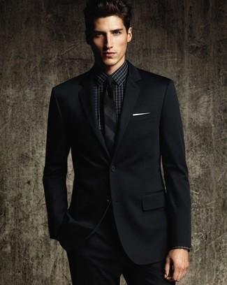 Comment porter une cravate à rayures verticales noire: Opte pour un costume noir avec une cravate à rayures verticales noire pour dégager classe et sophistication.