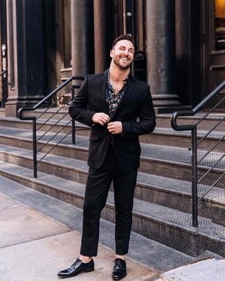 Comment porter: costume noir, chemise de ville à fleurs bleu marine, chaussures derby en cuir noires