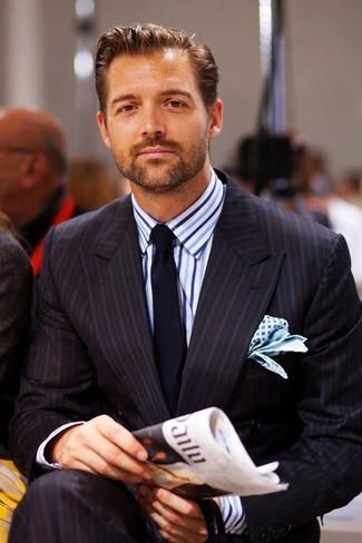 Comment porter: costume à rayures verticales noir, chemise de ville à rayures verticales blanc et bleu, cravate bleu marine, pochette de costume imprimée blanc et bleu