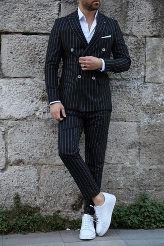 Comment porter des baskets basses en cuir blanches: Pense à marier un costume à rayures verticales noir avec une chemise de ville blanche pour un look pointu et élégant. Décoince cette tenue avec une paire de baskets basses en cuir blanches.