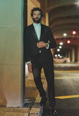 Comment porter: costume noir, chemise de ville blanche, chaussures derby en cuir noires