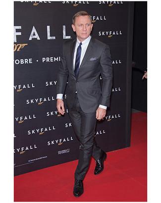 83257d2423c9 Tenue de Daniel Craig  Costume noir, Chemise de ville blanche, Chaussures  derby en cuir noires, Cravate bleu marine   Mode hommes   Lookastic France
