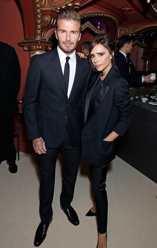 Tenue de David Beckham: Costume noir, Chemise de ville blanche, Chaussures derby en cuir noires, Cravate noire
