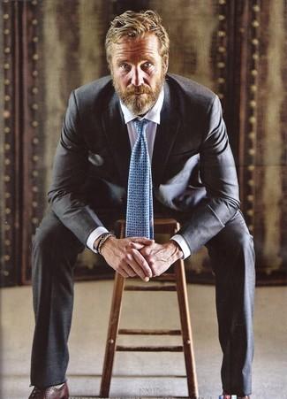 Comment porter: costume noir, chemise de ville blanche, chaussures richelieu en cuir marron foncé, cravate imprimée bleu clair