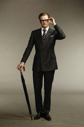 Comment porter: costume à rayures verticales noir, chemise de ville blanche, chaussures richelieu en cuir noires, cravate à rayures verticales bleu marine et blanc