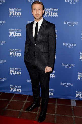 Tenue de Ryan Gosling: Costume à rayures verticales noir, Chemise de ville blanche, Chaussures richelieu en cuir noires, Cravate noire