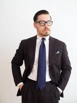 Comment porter: costume noir, chemise de ville blanche, cravate imprimée bleu marine, pochette de costume imprimée blanche