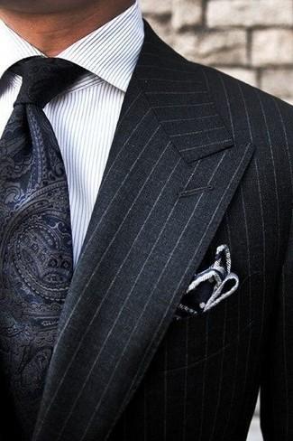 Comment porter: costume à rayures verticales noir, chemise de ville à rayures verticales blanche, cravate imprimée cachemire noire, pochette de costume á pois noire et blanche