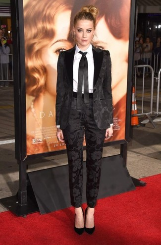 Comment porter: costume noir, chemise de ville blanche, escarpins en daim noirs