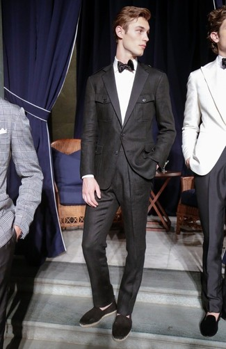 Comment porter: costume noir, chemise de ville blanche, espadrilles en toile noires, cravate en soie noire