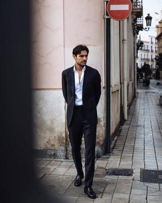 Comment porter un costume noir: Choisis un costume noir et une chemise de ville blanche pour une silhouette classique et raffinée. Tu veux y aller doucement avec les chaussures? Opte pour une paire de des mocassins à pampilles en cuir noirs pour la journée.