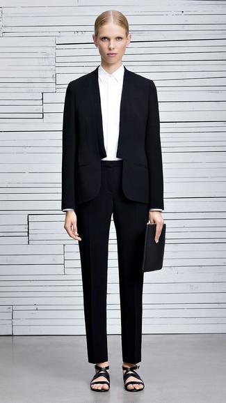 Associe une chemise de ville blanche avec un costume pour un look stylé et raffinée. Une paire de des sandales plates en cuir noires apporte une touche de décontraction à l'ensemble.