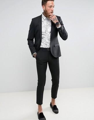 b7c115080fa4 Tenue  Costume noir, Chemise de ville à fleurs blanche, Slippers en daim  ornés noirs, Ceinture en cuir noire   Mode hommes   Lookastic France