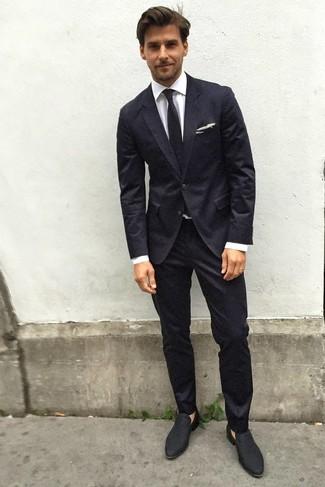 Comment porter: costume noir, chemise de ville blanche, slippers en daim noirs, cravate noire