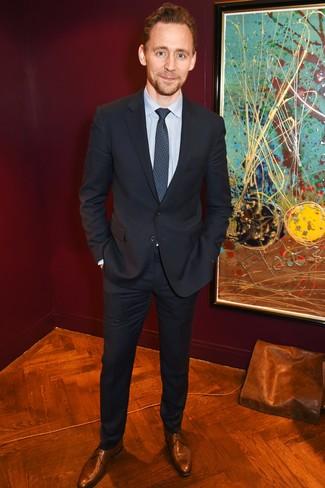 Comment porter: costume noir, chemise de ville à rayures verticales bleu clair, chaussures derby en cuir marron, cravate imprimée bleu marine