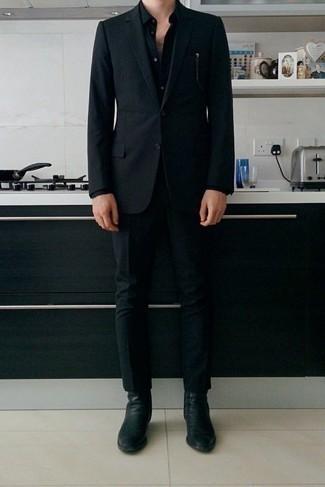 Tendances mode hommes: Marie un costume noir avec une chemise de ville noire pour un look pointu et élégant. Mélange les styles en portant une paire de des bottines chelsea en cuir noires.