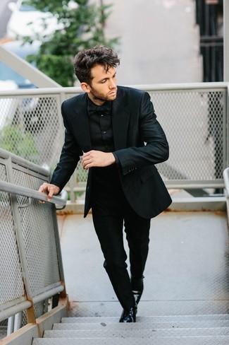 Comment porter: costume noir, chemise de ville noire, chaussures derby en cuir noires, nœud papillon noir
