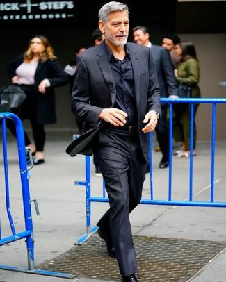 Comment porter: costume noir, chemise de ville noire, chaussures richelieu en cuir noires, ceinture en cuir noire
