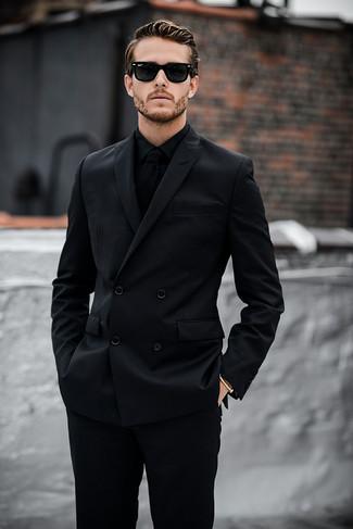 Tenue  Costume noir, Chemise de ville noire, Cravate en tricot noire,  Lunettes de soleil noires   Mode hommes   Lookastic France e03e860ed37